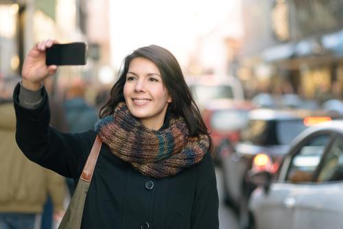 Stilvolle Frau, die Selfie an der Stadt-Straße nimmt Mensch Ferien & Urlaub & Reisen Freude Winter Gesicht Erwachsene Glück Lifestyle Mode Tourismus Aktion
