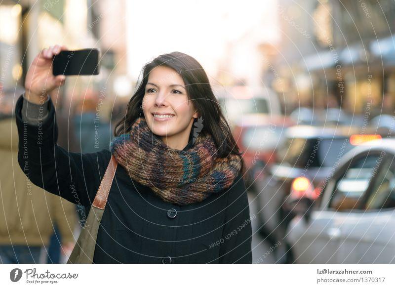 Stilvolle Frau, die Selfie an der Stadt-Straße nimmt Lifestyle Freude Glück Gesicht Ferien & Urlaub & Reisen Tourismus Winter Telefon Handy PDA Fotokamera