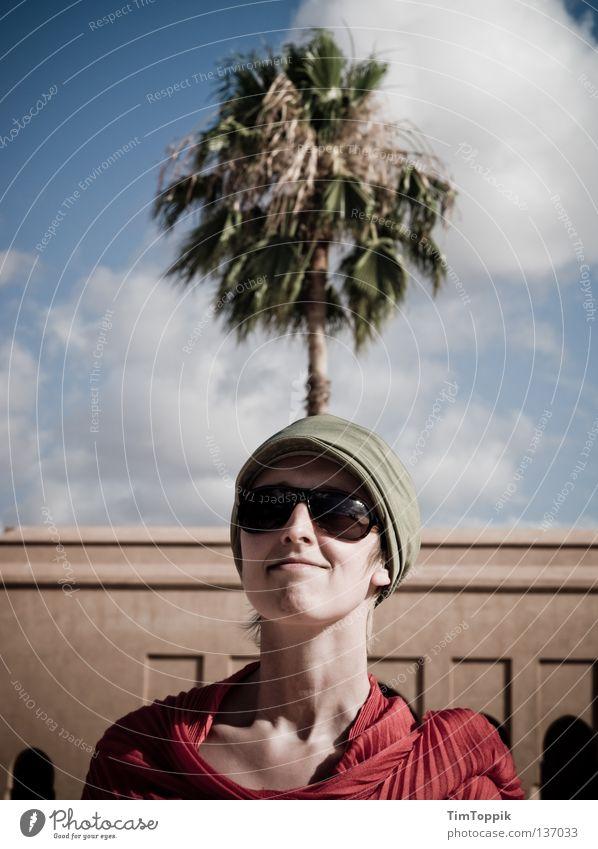 My Palm Lady Frau Brille Sonnenbrille Halstuch Baseballmütze Mütze Kopfbedeckung selbstbewußt herausfordernd Freude Fröhlichkeit lustig Wolken Palme Baum