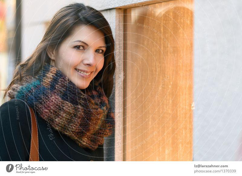 Attraktive Frau, die Schaufenster untersucht Mensch Stadt Winter Gesicht Erwachsene Glück Lifestyle Business modern Fröhlichkeit Wunsch Schmuck brünett Lager