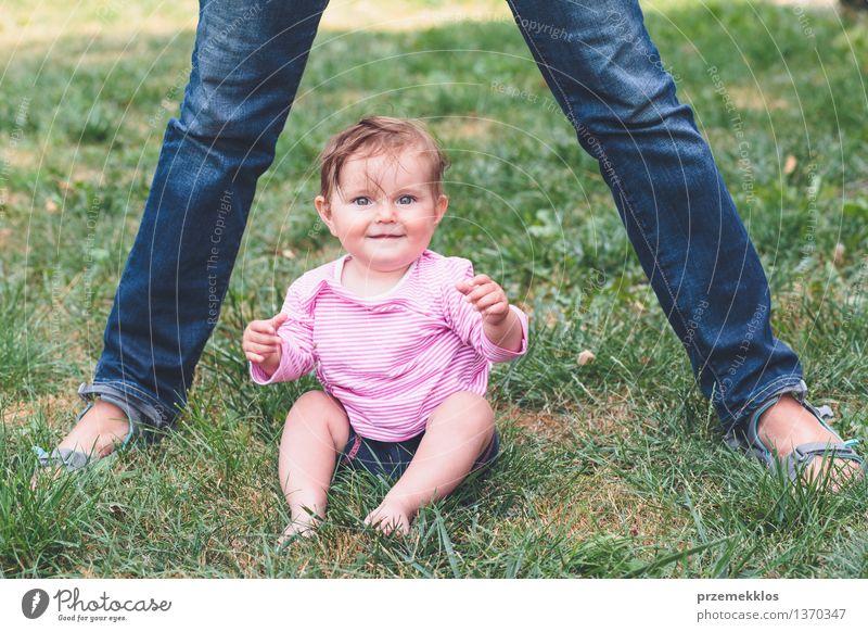 Baby, das auf einem Gras neben Füßen der Mutter sitzt Mensch Frau Kind schön Freude Mädchen Erwachsene Leben Liebe Glück Familie & Verwandtschaft klein