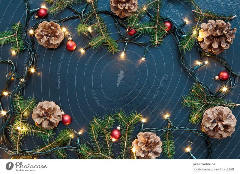 Weihnachtsdekoration mit Lichtern und Kiefernzweigen Dekoration & Verzierung Feste & Feiern Tradition Dezember Etage heimwärts horizontal Farbfoto Innenaufnahme