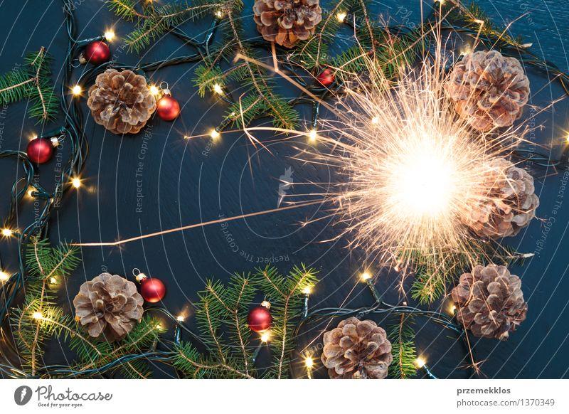 Weihnachtsdekoration mit Wunderkerze, Lichtern und Kiefernzweigen Dekoration & Verzierung Tradition Dezember Etage heimwärts horizontal Funken Farbfoto