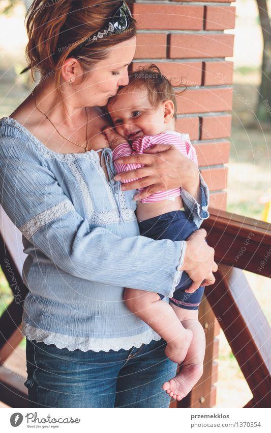 Mama umarmt ihr kleines Baby Mensch Frau Kind schön Freude Mädchen Erwachsene Liebe Glück Familie & Verwandtschaft Lifestyle Kindheit Lächeln niedlich
