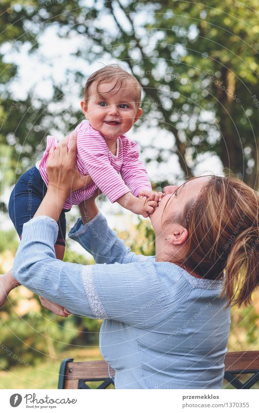 Mamma, die mit ihrer kleinen Tochter im Garten spielt Mensch Frau Kind schön Freude Mädchen Erwachsene Leben Liebe Glück Familie & Verwandtschaft Lifestyle Park