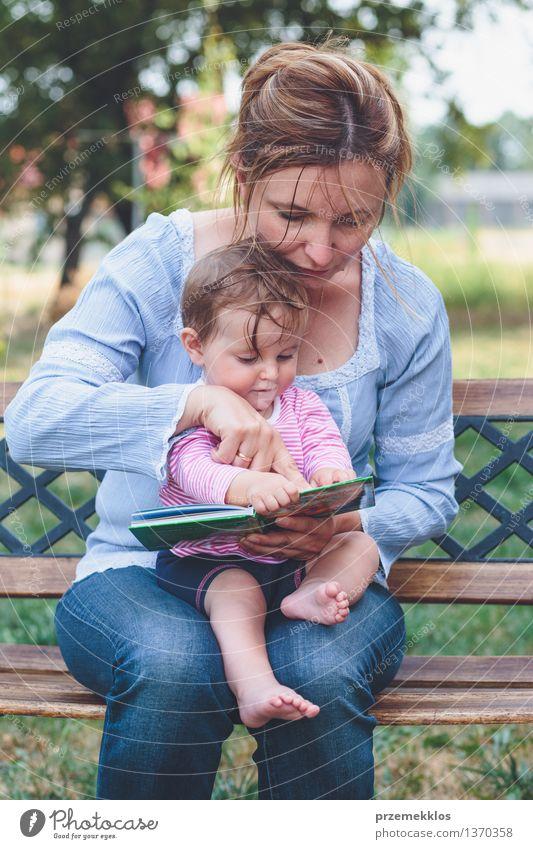 Mutter, die ein Buch ihre kleine Tochter liest Mensch Frau Kind schön Freude Mädchen Erwachsene Leben Liebe Spielen Glück Familie & Verwandtschaft Garten