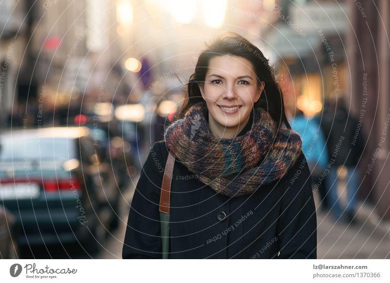Stilvolle hübsche Frau in Autumn Fashion Mensch Ferien & Urlaub & Reisen Stadt schön Sonne Gesicht Erwachsene Straße Herbst Glück Lifestyle Mode Lächeln kaufen