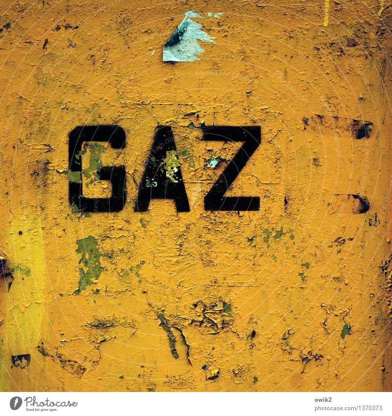 Gaza Schriftzeichen alt eckig trashig gelb grün orange bizarr Vergänglichkeit Zerstörung unklar Rätsel Gas Aufschrift Großbuchstabe Polen Osteuropa Farbstoff