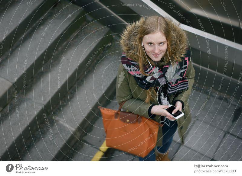 Stilvolle Frau im Winter Mode auf der Treppe Lifestyle Gesicht Telefon PDA Technik & Technologie Mädchen Erwachsene Stadt Jacke Pelzmantel Accessoire Schal