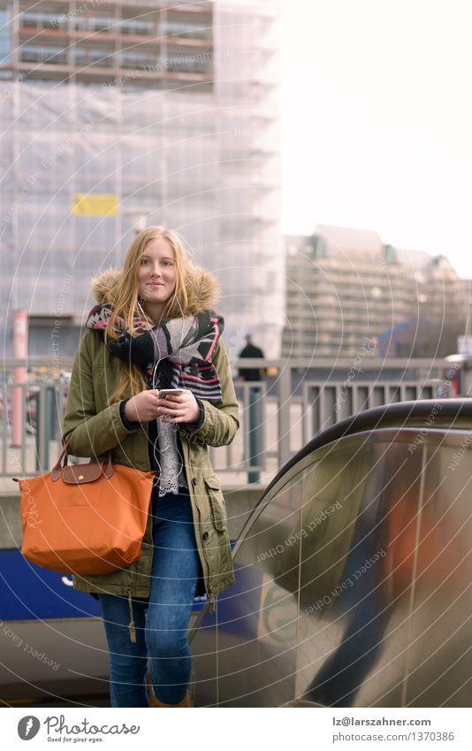 Stilvolle junge blonde Frau in der Winter-Art-Mode Lifestyle Glück ruhig Ferien & Urlaub & Reisen Telefon Technik & Technologie Mädchen Erwachsene 1 Mensch