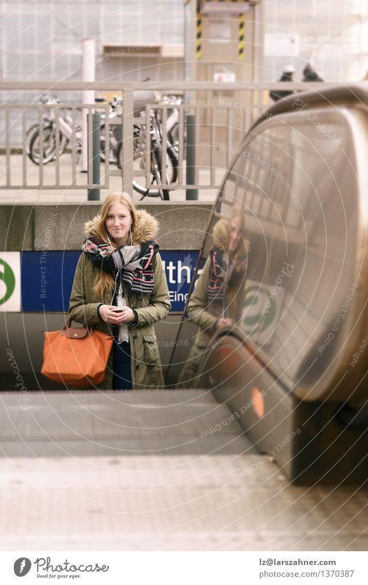 Stilvolle junge blonde Frau in der Winter-Art-Mode Mensch Ferien & Urlaub & Reisen Jugendliche Stadt ruhig Mädchen Erwachsene Herbst Glück Lifestyle Nebel