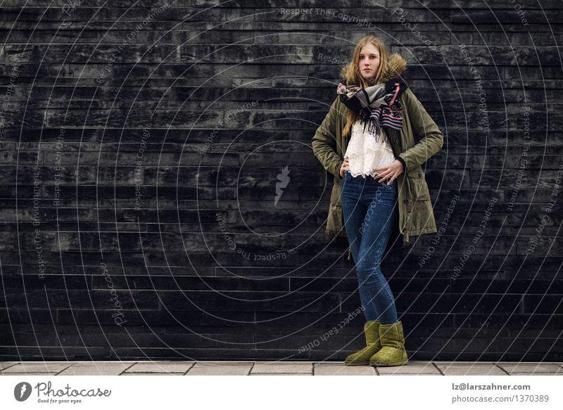 Frau in der Winter-Ausstattung in der vorderen alten grauen Wand Stil Körper Mädchen Erwachsene 1 Mensch 13-18 Jahre Jugendliche Herbst Mode Jeanshose Jacke