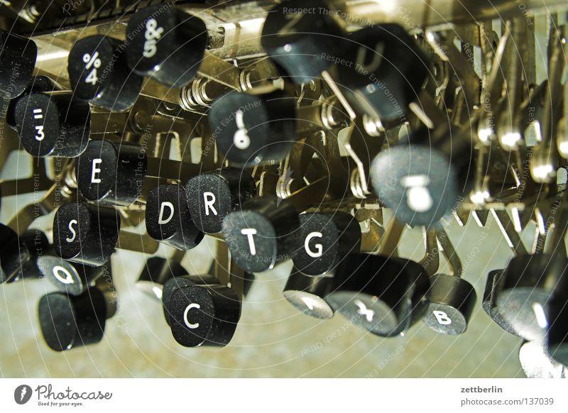 Schreibblockade Schreibmaschine schriftlich Büroangestellte Typographie kaputt Verwesung Verfall Schreibgerät Buchstaben Schriftstück Tippen Zwischenblatt