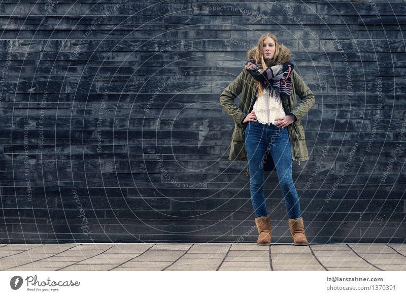 Frau in der Winter-Ausstattung in der vorderen alten grauen Wand Mensch Jugendliche Erotik Mädchen dunkel Erwachsene Herbst Stil Mode modern Körper Textfreiraum