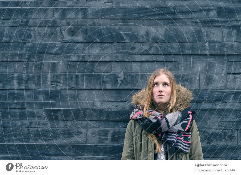 Stehendes Denken des modischen jungen Studenten Mensch Frau Kind Mädchen Winter Gesicht Erwachsene Stil grau Mode träumen nachdenklich modern Textfreiraum blond