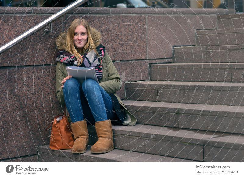 Sitzende Lesung der jungen Frau auf städtischen Schritten Mensch Jugendliche Erholung Mädchen Winter Gesicht Erwachsene Herbst Denken Lifestyle Schule Stein