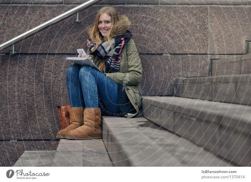 Attraktiver Jugendlicher, der auf Schritten in der Stadt sitzt Mensch Frau Mädchen Winter Gesicht Erwachsene Herbst Glück Lifestyle Schule Stein Mode modern