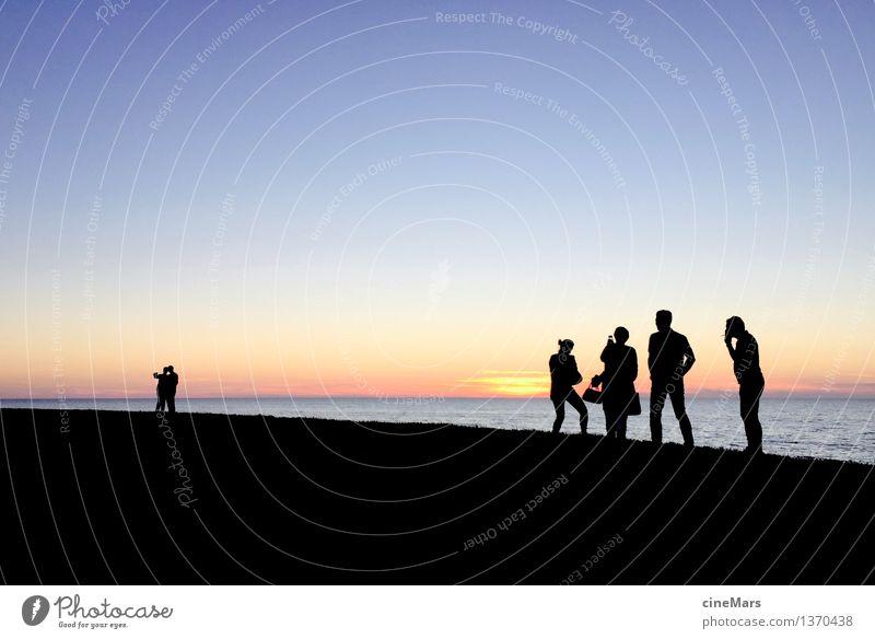 Sommerabend am Strand Freizeit & Hobby Sommerurlaub Meer Tanzen trinken Mensch 6 Menschengruppe Wolkenloser Himmel Horizont Sonnenaufgang Sonnenuntergang