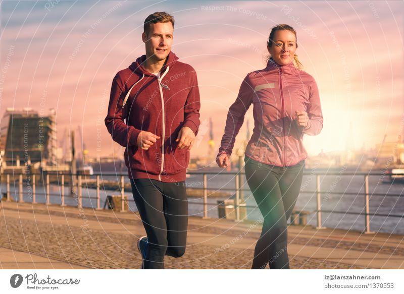 Junge Paare, die auf eine Seeseite laufen laufen Mensch Frau Jugendliche Mann Erholung 18-30 Jahre Gesicht Erwachsene Sport Lifestyle Aktion Fitness Hafen