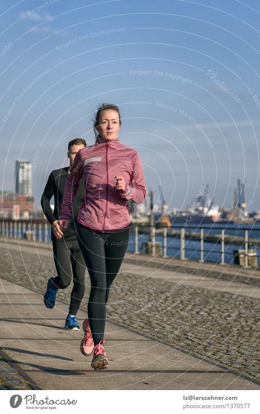 Junge Paare, die auf eine Seeseite laufen laufen Lifestyle Gesicht Erholung Sport Joggen Frau Erwachsene Mann Partner 2 Mensch 18-30 Jahre Jugendliche Hafen