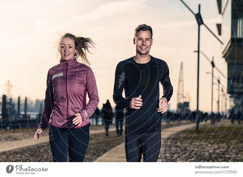 Aktive junge Paare, die in einer städtischen Straße rütteln Lifestyle Glück Gesicht Sport Erfolg Joggen Frau Erwachsene Mann 2 Mensch 18-30 Jahre Jugendliche
