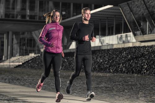 Aktive junge Paare, die in einer städtischen Straße rütteln Mensch Frau Jugendliche Mann Stadt 18-30 Jahre Gesicht Erwachsene Sport Lifestyle Zusammensein