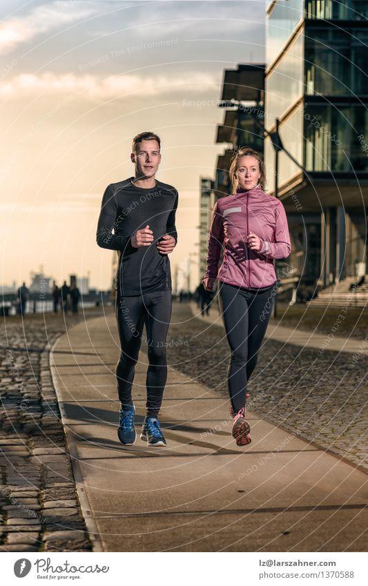 Aktive junge Paare, die auf einer Hafenpromenade rütteln Mensch Frau Jugendliche Mann 18-30 Jahre Gesicht Erwachsene Straße Sport Lifestyle Zusammensein Aktion