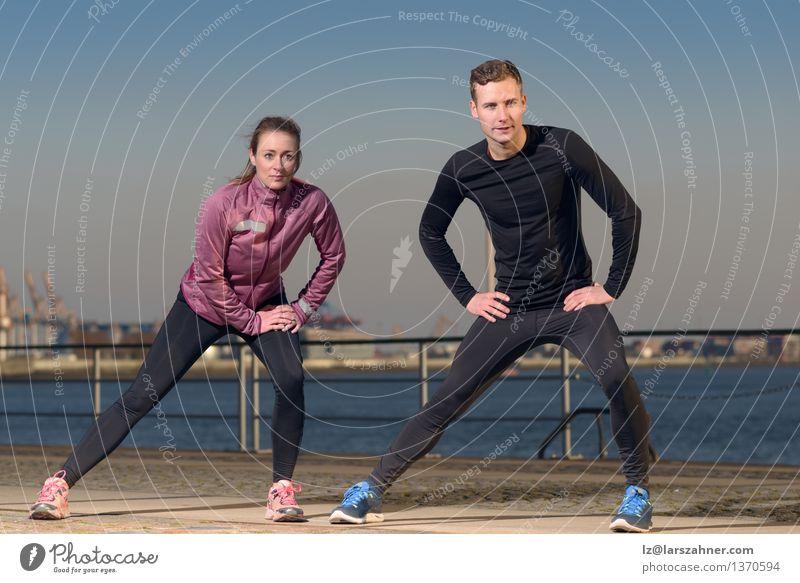 Junge Paare, die an der Ufergegend trainieren Lifestyle Körper Wellness Freizeit & Hobby Sport Joggen Frau Erwachsene Mann Freundschaft 2 Mensch Herbst Hafen