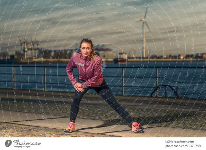 Junge Frau, die an der Ufergegend excercising ist Lifestyle Körper Wellness Freizeit & Hobby Sport Joggen Erwachsene Herbst Hafen Fitness stehen sportlich