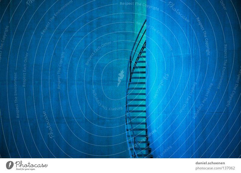treppe, industrie, hafen, blau, cyan, wendeltreppe... blau Farbe Metall Chemie Hintergrundbild Industrie Treppe einfach Strukturen & Formen Erdöl Gas Geländer aufsteigen zyan Verlauf