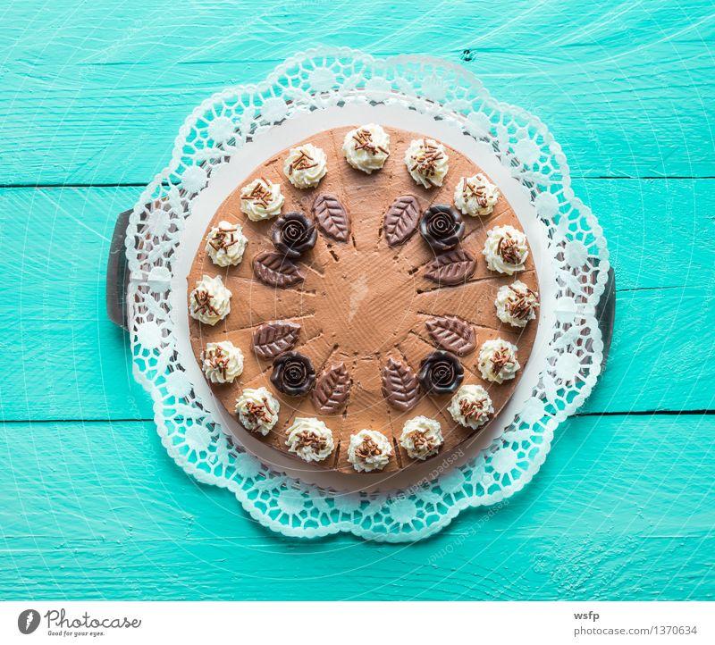 Schokosahnetorte auf türkisem Holz mit Tortenspitze Kuchen Dessert Schokolade Schokoladen-Sahne-Torte Schaumgebäck Backwaren Biskuit Holztisch Landhaus rustikal