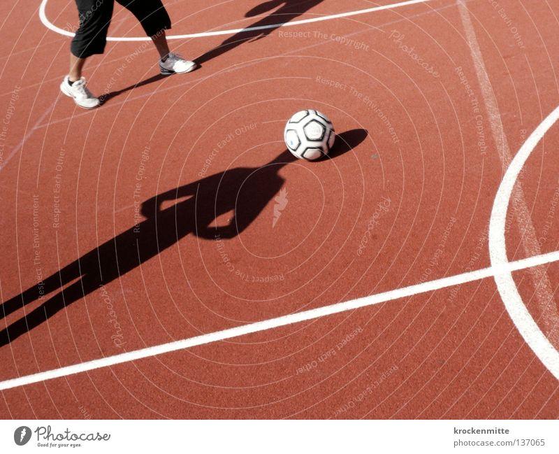Fußball im Kopf weiß rot Sport Spielen Linie Fußball Feld Schilder & Markierungen Kreis Platz Ball rund Spuren Kugel Grenze Spielfeld