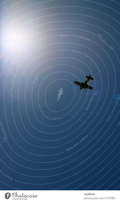 Endlich Frei Flugzeug Kunstflug Flugschau Flugmanöver Geschwindigkeit Akrobatik Motor Tragfläche weiß Kick Kitzel Himmel fliegen blau Sonne Freiheit