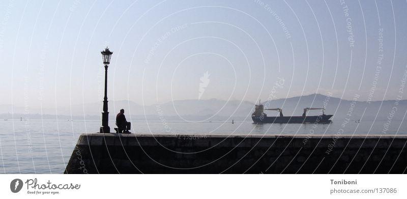 Tanker II Wasserfahrzeug lang Navigation Schifffahrt Handel Spanien Frachter Koloss Mann Laterne Anlegestelle Mole Fernweh Trauer schlechtes Wetter Meer Erdöl