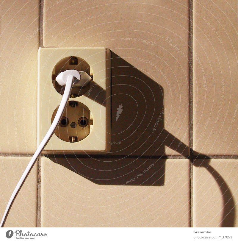 Stromschatten Stecker Steckdose Licht Schatten Fliesen u. Kacheln Fuge Kabel Elektrizität Energie Stromkreis Hochspannungsleitung Energiewirtschaft Energiekrise