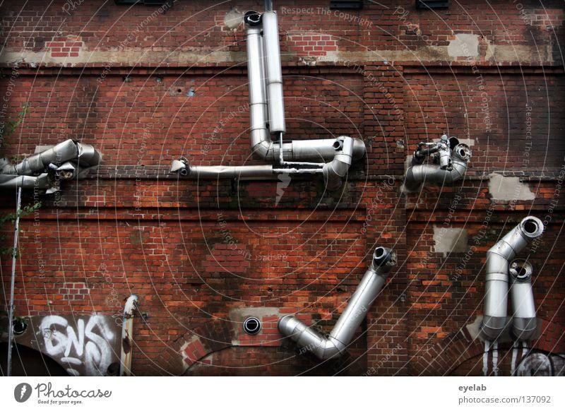 Verlegt beim Rohrverlegen alt Einsamkeit Wand oben Architektur Metall Arbeit & Erwerbstätigkeit Arme glänzend Fassade offen kaputt Industrie Technik & Technologie Fabrik Backstein