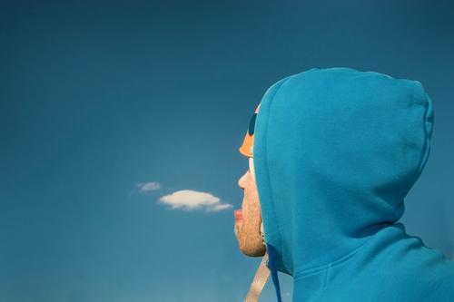 windowlicker Helm Hongkong atmen Luft Wolken Schutzhelm Umweltschutz Umweltverschmutzung Wiese Gras Fischmaul Küssen Bart unrasiert Silhouette verrückt Humor