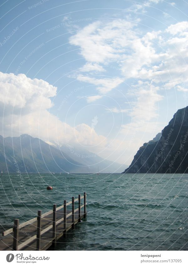 Seensucht Meer Gardasee Italien Ferien & Urlaub & Reisen Wellen Sturm Leidenschaft Wolken Sommer schön Steg steil Ferne Boje tief Segeln Wind Wasser Idylle Riva