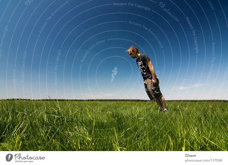 sunny sunday - schräglage Mensch Mann Natur Jugendliche Himmel weiß grün blau Sommer ruhig Wolken Einsamkeit Ferne Farbe Erholung Wiese