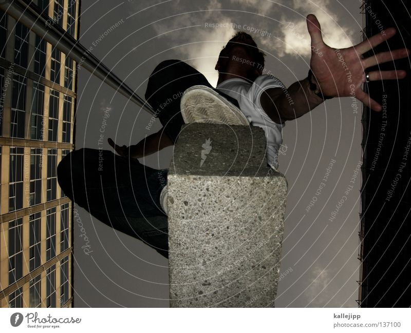 silent running Mann Silhouette Dieb Krimineller Ausbruch Flucht umfallen Fenster Parkhaus Geometrie Gegenlicht Jacke Mantel Mütze Strahlung Thriller springen