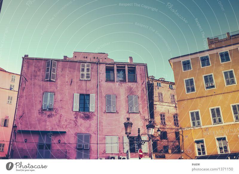 Sommeranstrich Ferien & Urlaub & Reisen Stadt alt Haus Fenster Reisefotografie gelb Architektur Gebäude außergewöhnlich Zeit Fassade Zufriedenheit offen