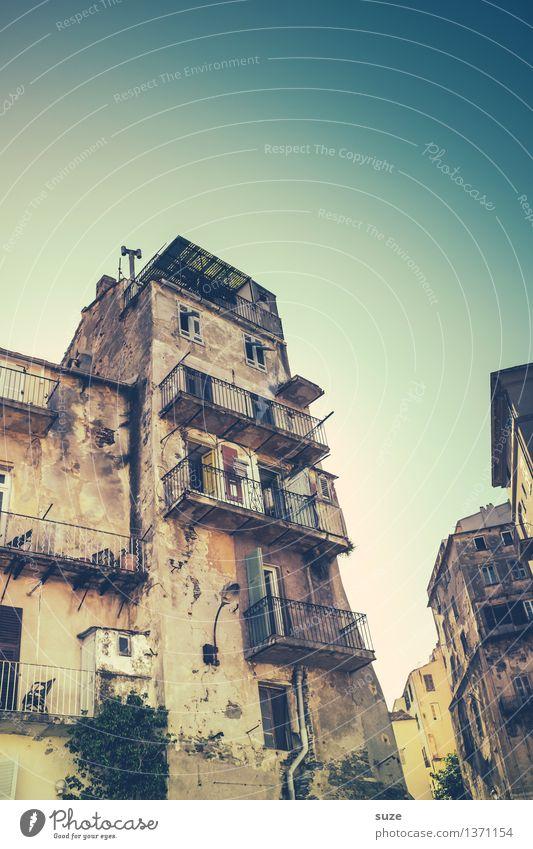 Im Leben nicht Ferien & Urlaub & Reisen alt Sommer Stadt Haus Fenster Reisefotografie Architektur Gebäude außergewöhnlich Zeit Fassade Europa Kultur fantastisch