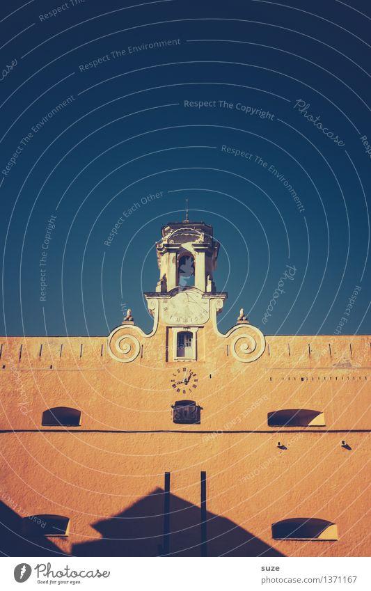 Kurz nach Sommerzeit Himmel Ferien & Urlaub & Reisen Stadt alt Reisefotografie Wand Wärme Religion & Glaube Mauer Zeit orange Uhr Platz Kirche Europa