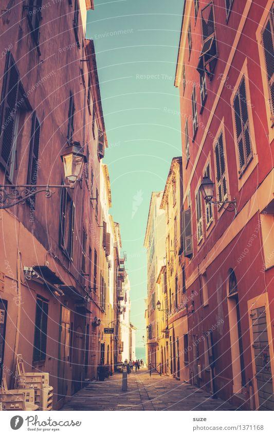 Mit großer Erwartung Himmel Ferien & Urlaub & Reisen Stadt alt Sommer schön Haus Fenster Reisefotografie Wärme Fassade Kultur einzigartig malerisch Fußweg