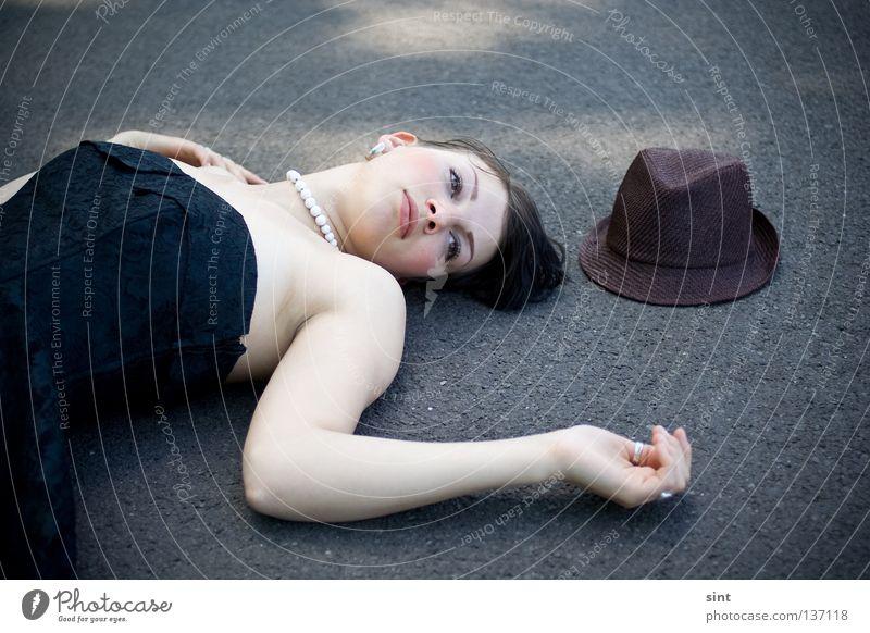 liegen geblieben Frau Mensch schön Einsamkeit Straße Beautyfotografie Frieden unten Müdigkeit Hut verloren Problematik Hilfsbedürftig desolat