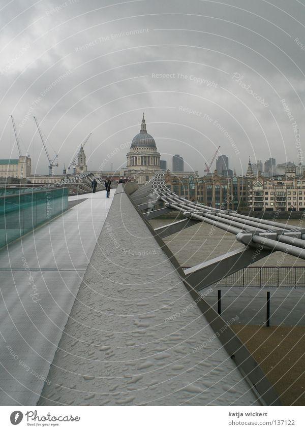 London bei Regen Mensch Stadt Haus Wolken Herbst grau Vogel Nebel nass Brücke Fluss England Baustelle Stahl