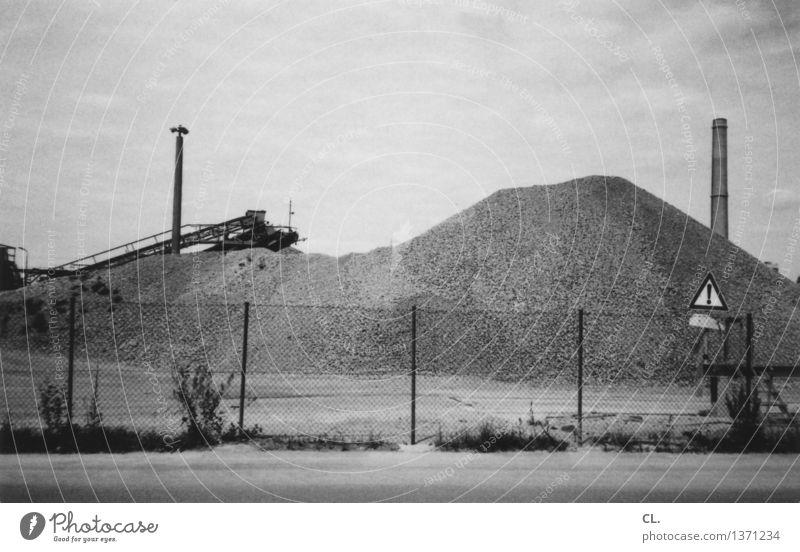 ! Arbeit & Erwerbstätigkeit Wirtschaft Industrie Himmel Wolken Straße Zaun Schornstein Förderband Sand trist stagnierend Industrieanlage Industriegelände