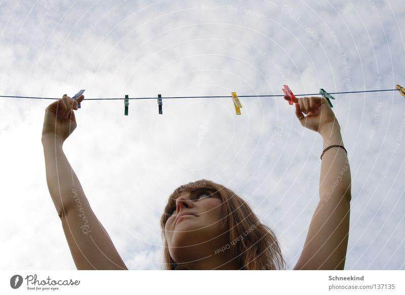 einfach mal abhängen Frau Himmel Sonne blau Sommer Freude Wolken Arme Seil Reinigen Schnur Wäsche trocknen Wäscheleine Klammer Armband