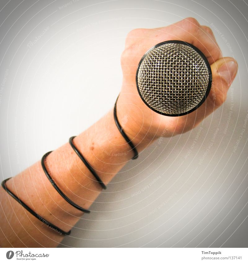 Totally wired Hand Musik Arme Finger Kabel Show Dinge Konzert Bühne Fragen Mikrofon singen Entertainment Faust entstehen Performance