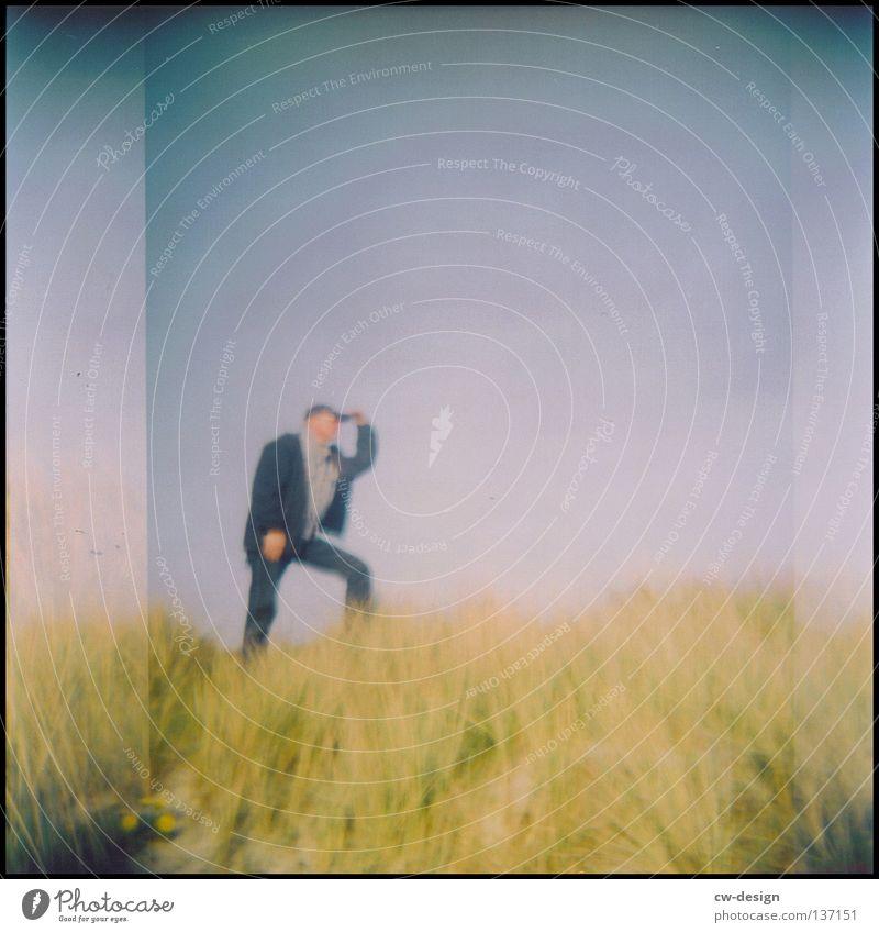 hOlGa | to take a look around II 1 Mensch Holga Unschärfe Textfreiraum oben Vor hellem Hintergrund einzeln Ein Mann allein Düne Dünengras Spaziergang
